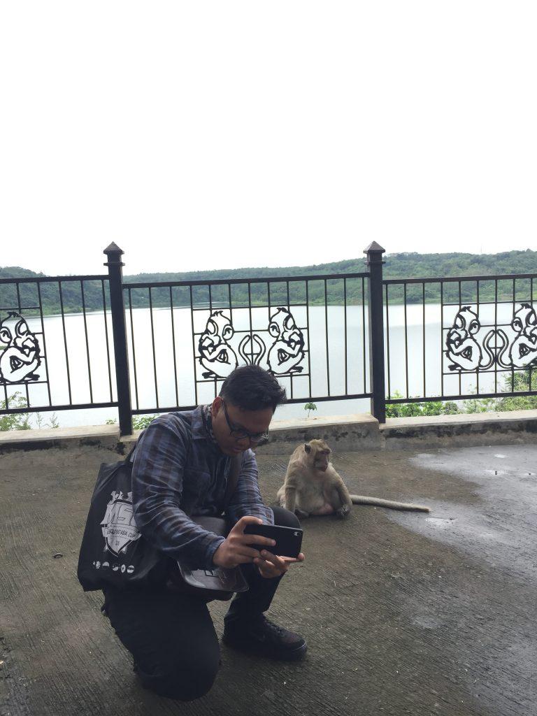 Kalian juga bisa berfoto dengan monyet-monyet disana ya :D